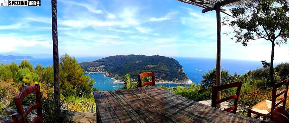 From Campiglia to Portovenere - The tables of the Muzzerone Refuge, along the path - photo Marta Totaro